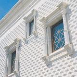 сборные элементы из белого бетона